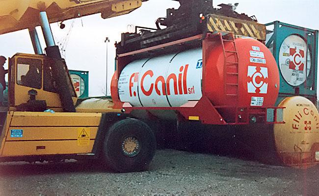 Gruaggio e stoccaggio tank-container